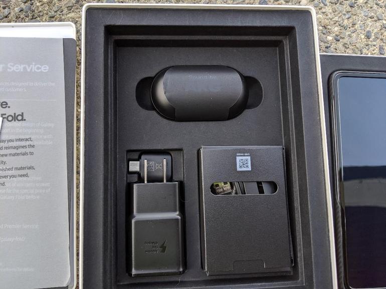 محتويات علبة Samsung Galaxy Fold