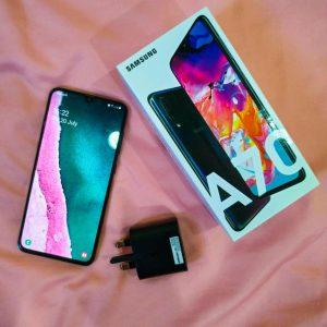 محتويات علبة هاتف Samsung Galaxy A70
