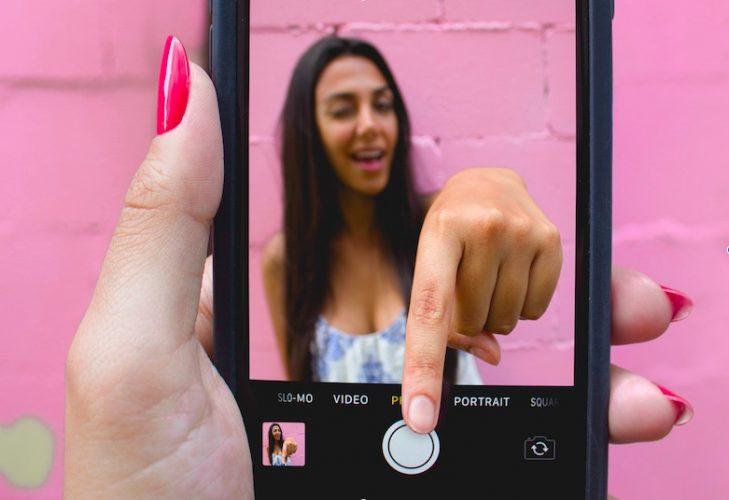 كيفية البحث عن الصور المشاغب وإخفاؤها على جهاز iPhone الخاص بك