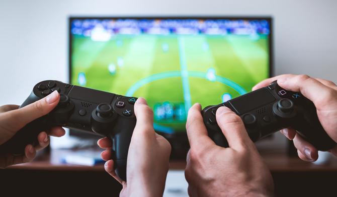 كيفية تشغيل جهاز التلفزيون باستخدام جهاز تحكم PS4